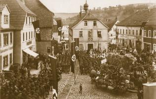 Aufmarsch der Nazis vor dem Bischofsheimer Rathaus